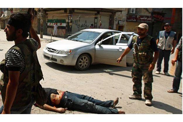 A Alep, le corps sans vie d'un milicien du régime abattu le 29 juillet par les rebelles.