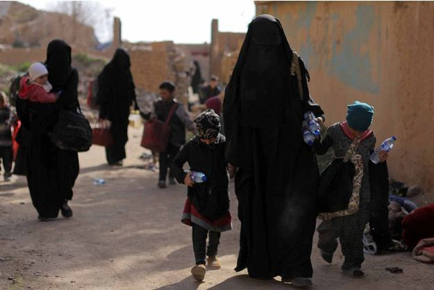 Photo d'illustration de femmes et d'enfants liés à l'Etat islamique, prise à Baghouz, en Syrie.
