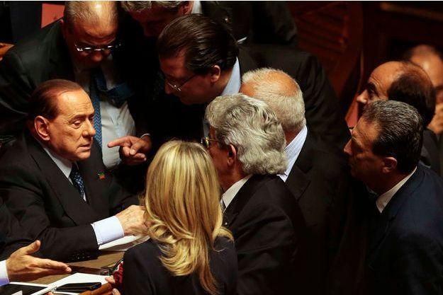 Silvio Berlusconi se retrouve esseulé.