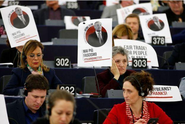 """Des affiches de Antonio Tajani au Parlement européen où est inscrit le slogan """"le fascisme plus jamais"""", le 14 mars."""