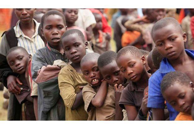 Des enfants réfugiés faisant la queue dans le camp de transit de Kisoro, en Ouganda, en juillet dernier.
