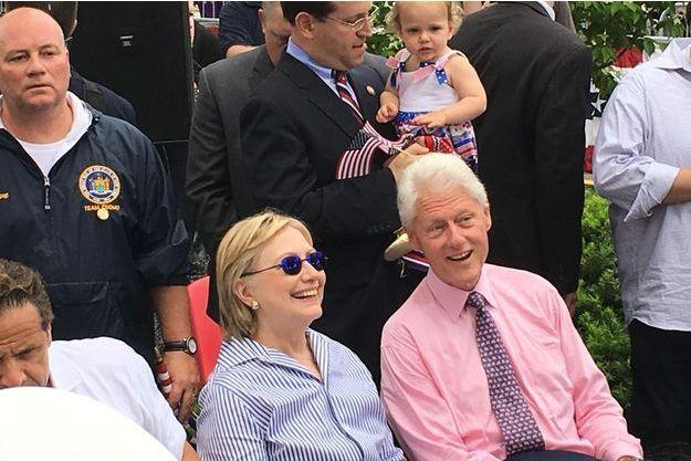 L'une des rares sourires d'Hillary Clinton, aux côtés de son mari Bill Clinton