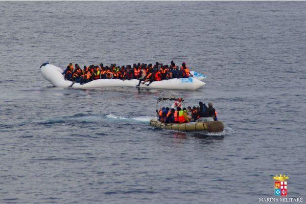 Une embarcation de migrants sauvée par la marine italienne, en février 2016.