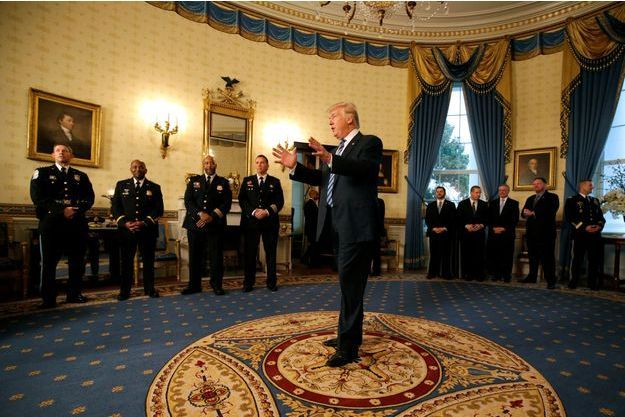 Donald Trump devant les représentants des forces de sécurité le 22 janvier dans le Bureau Ovale.