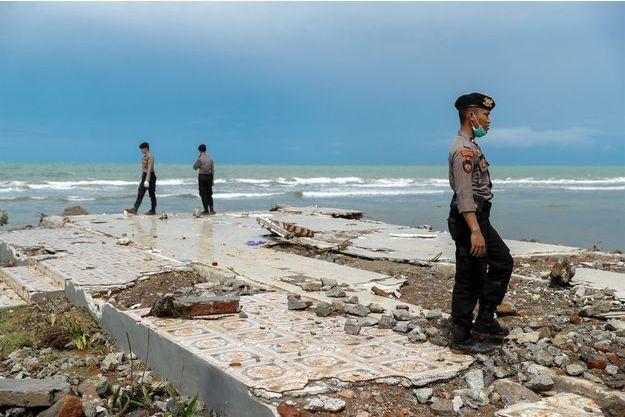 La police cherche des survivants après le séisme en Indonésie.