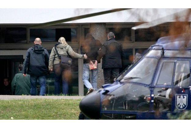 Un complice présumé du gang NSU est amené, menottes aux poings, devant le tribunal de Karlsruhe, lundi. Le nombre et l'ampleur des complicités est encore à définir.