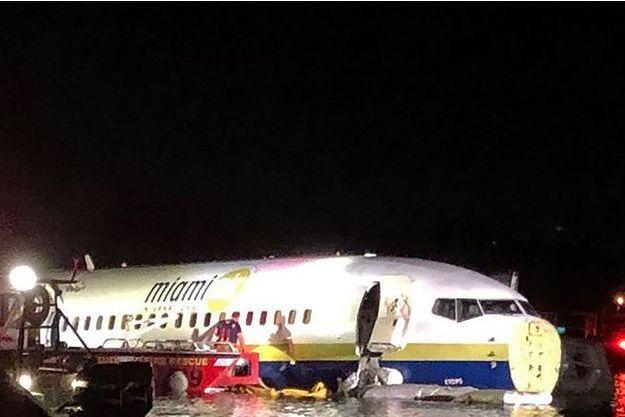 Un Boeing 737 a fini son atterrissage dans un fleuve en Floride, le 3 mai 2019.