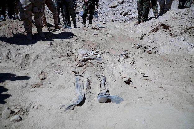 Un des corps exhumés par le gouvernement et les forces alliées après la reprise de Tikrit en avril 2015.