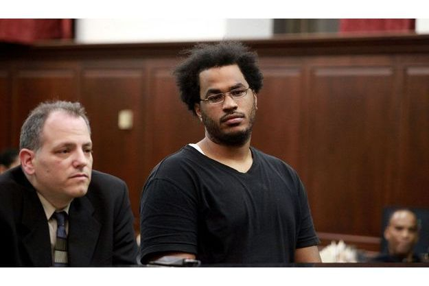 José Pimentel, à droite, aux côtés de son avocat Joseph Zablocki, dimanche, lorsqu'il a été inculpé pour faits de terrorisme par la cour criminelle de Manhattan.