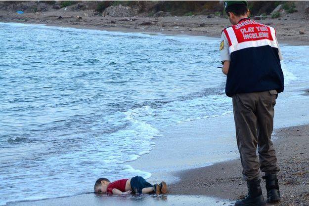 Le cadavre du petit réfugié syrien d'origine kurde de trois ans avait été retrouvé échoué sur le rivage d'une plage turque le 2 septembre 2015. Sa photo avait fait le tour du monde et choqué les opinions publiques.