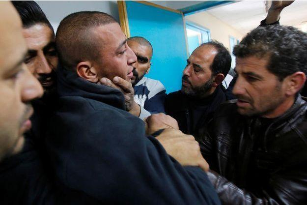 Les proches du Palestinien tué, à l'hôpital d'Hébron, le 11 décembre 2018.
