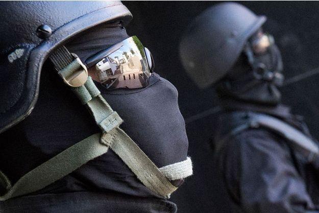 Service de sécurité antiterroriste, devant le siège du Bureau central d'enquête judiciaire à Sale.