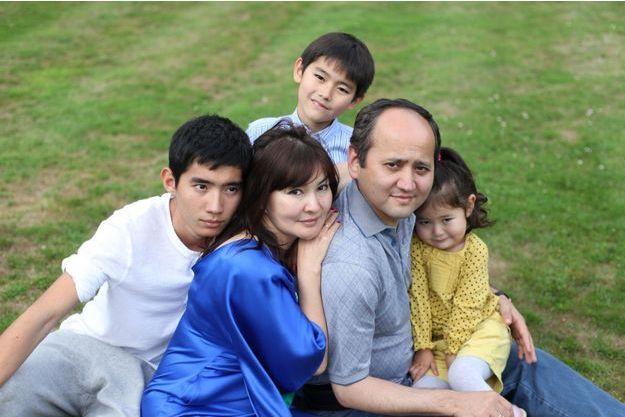 Alma et Mukhtar Ablyazov entourés de trois de leurs quatre enfants, dont la petite Alua, enlevée avec sa mère.