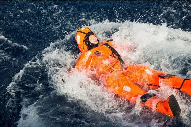 La ministre norvégienne de l'Immigration Sylvi Listhaug se jetant dans la Méditerranée, le 19 avril 2016.