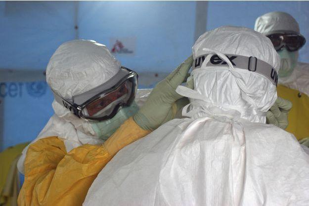 Une équipe de médecins se prépare à intervenir dans un centre géré par Médecins sans frontières à Monrovia, au Liberia.