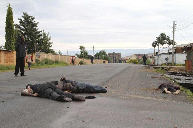 Les corps jonchaient les rues de Bujumbura samedi.