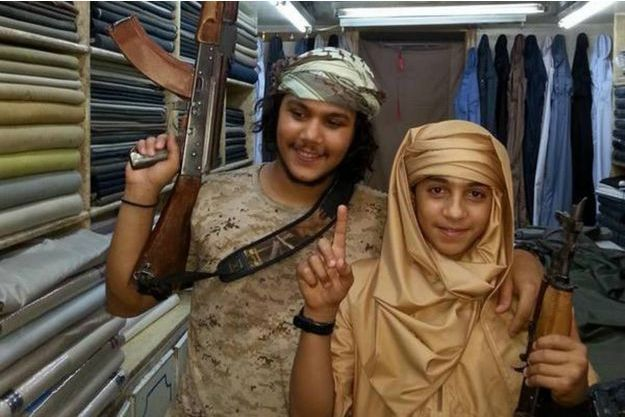 Younes Abaaoud (à droite) a 13 ans lorsqu'il rejoint les rangs de Daech en Syrie. Il pose ici avec un autre djihadiste.