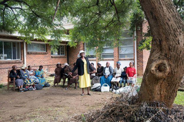 A la polyclinique de Budiriro, au sud-ouest de Harare, un groupe de parole s'est formé entre conseillères et patientes du projet Friendship Benches.