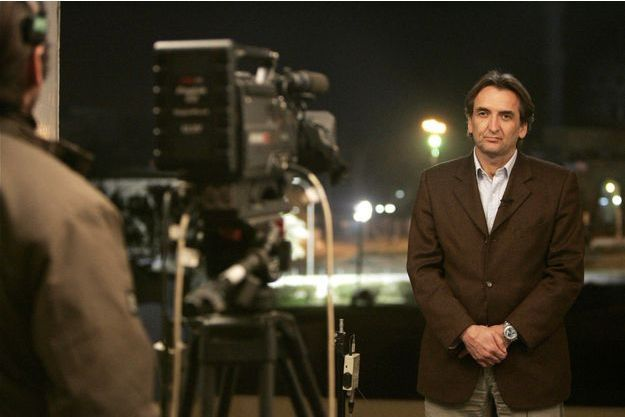 Roger Auque, dans sa chambre d'hôtel à Bagdad, en 2005. Il était alors le correspondant de LCI,TF1,RMC,TV5, de radios et télés canadiennes, belges et autres médias francophones.