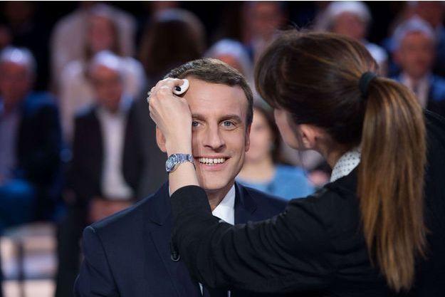 """Emmanuel Macron en plein maquillage sur le plateau de """"L'Emission politique"""", le 23 mars dernier."""