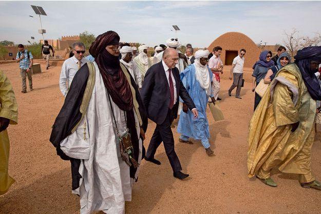 Le ministre de l'Intérieur sur la terrasse de la mosquée d'Agadez, au Niger le 17 mars. Comme le veut la pratique, sa délégation et les dignitaires locaux sont déchaussés.