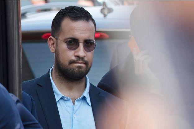 Alexandre Benalla, près du bus de l'équipe de France le 16 juillet dernier.