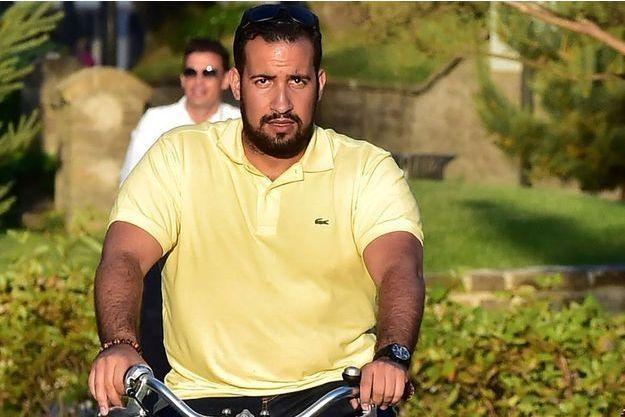 Alexandre Benalla dans les rues du Touquet, accompagnant Emmanuel Macron à vélo.