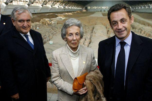 """Jean-Pierre Raffarin, Andrée """"Dadu"""" Sarkozy et Nicolas Sarkozy, lors d'une visite du mausolée de l'empereur Qin, à l'occasion d'un voyage du président Sarkozy en Chine, en novembre 2007."""