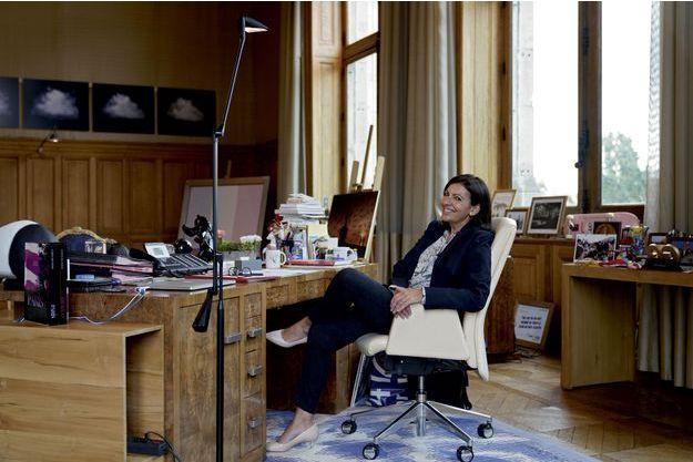 Anne Hidalgo dans son bureau de l'Hôtel de Ville, 155 mètres carrés. Plus grand que ceux du président de la République et du Premier ministre.