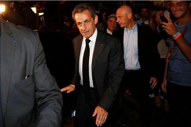 Nicolas Sarkozy, à sa sortie du restaurant Giulio Rebellato, rue de la Pompe, dans le 16e arrondissement de Paris, mercredi soir.