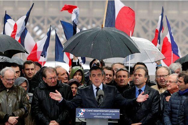 François Fillon devant ses troupes, place du Trocadéro à Paris, dimanche 5 mars 2017.