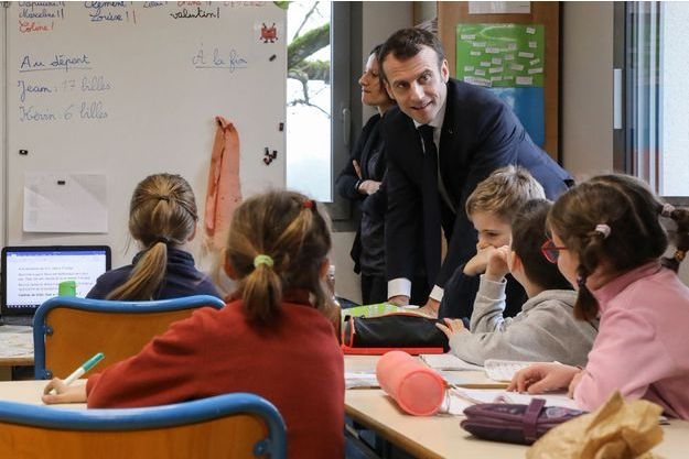 Emmanuel Macron vendredi en visite surprise dans une école de Saint-Sozy , dans le Lot.