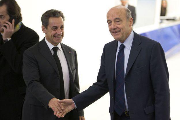 Poignée de main entre Nicolas Sarkozy et Alain Juppé au siège de l'UMP, après la victoire du premier à l'élection du 29 novembre.