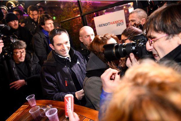 Cohue autour de Benoît Hamon, dimanche soir, pour sa soirée triomphale au terme du premier tour de la primaire de la gauche.