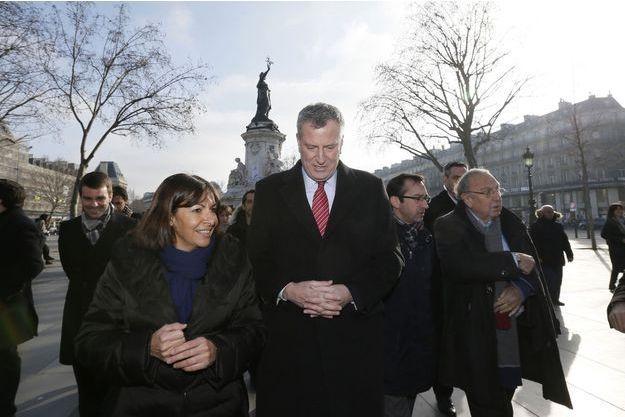 Bill de Blasio et Anne Hidalgo place de la République ce mardi à Paris.