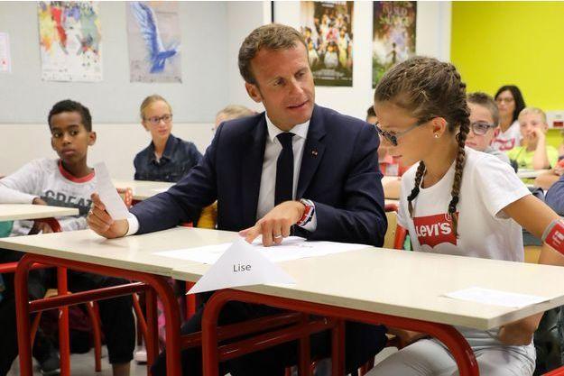 Emmanuel Macron lundi assistant à la rentrée des classe dans un collège de Laval.