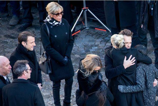 Le président de la République Emmanuel Macron, sa femme Brigitte Macron, Laura Smet, David Hallyday et Laeticia Hallyday et ses filles Jade et Joy devant l'église de la Madeleine, le 9 décembre 2017.