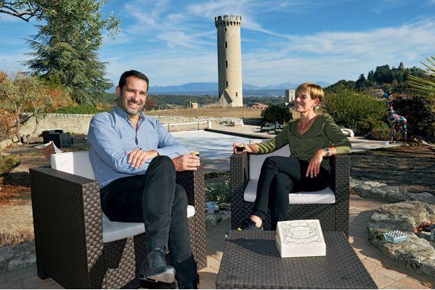 Christophe Castaner avec sa femme Hélène, dans leur maison de Forcalquier, le 29 octobre. En arrière-plan, le château d'eau de la ville dont il a été le maire pendant seize ans.