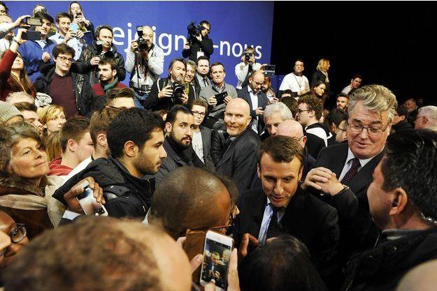 Emmanuel Macron et Jean-Paul Delevoye (juste derrière le candidat) à Lille, le 14 janvier.