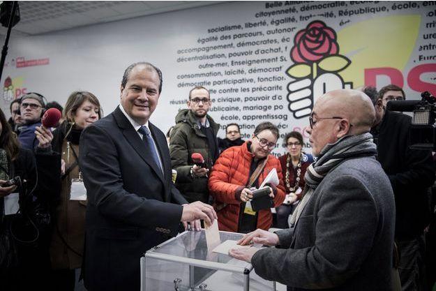 Jean-Christophe Cambadélis fait une démonstration de vote au siège du Parti socialiste, lundi.