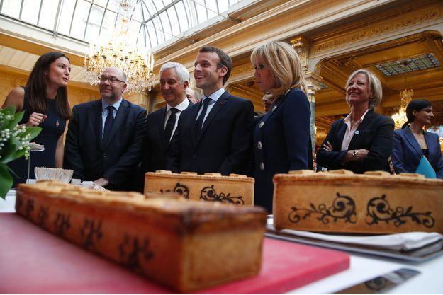 Emmanuel et Brigitte Macron vendredi à l'Elysée lors d'une réception pour le commerce alimentaire de proximité.