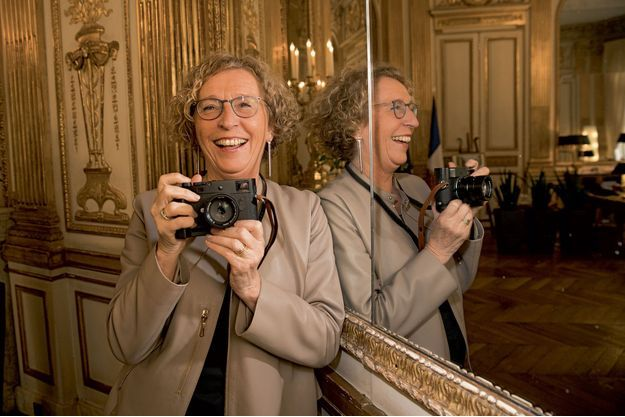 Muriel Pénicaud dans son bureau. Habituée à photographier des volatiles, la ministre s'amuse à immortaliser les photographes, ces drôles d'oiseaux.