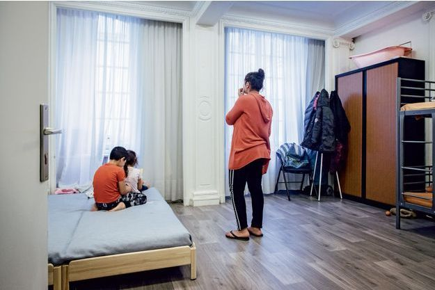 Marinella et sa famille sont hébergées dans les anciens bureaux du ministère du Logement, à Paris.