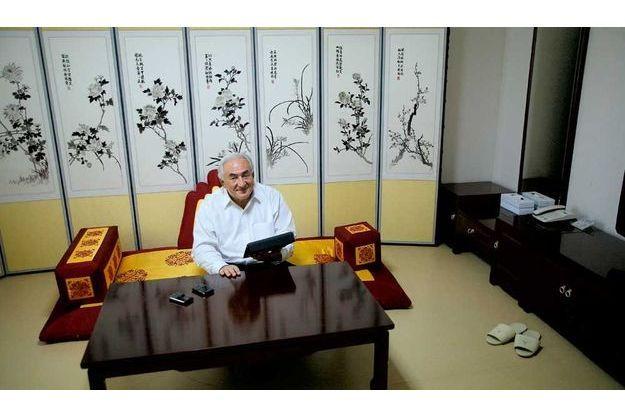nstant de détente dans la pièce de sa suite consacrée à la méditation : sur la table basse, ses trois « inséparables », ses deux BlackBerry et son iPad avec lequel il joue régulièrement aux échecs.