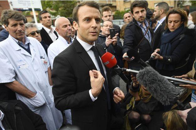 Le candidat Emmanuel Macron à Garches, le 25 avril.