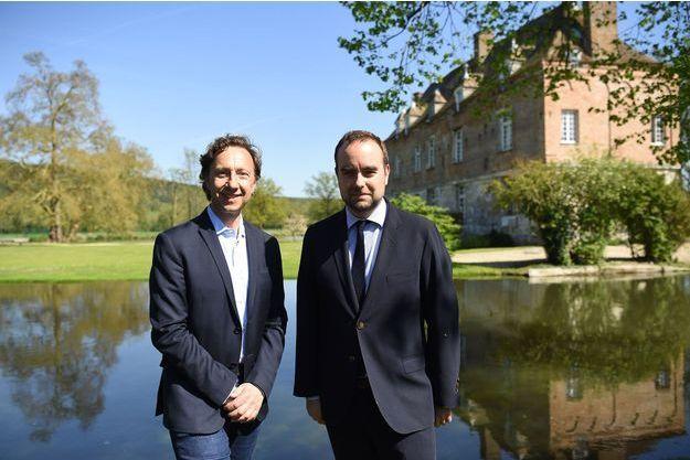 Stéphane Bern et Sébastien Lecornu le 19 avril dans le parc du manoir d'Heudreville-sur-Eure.