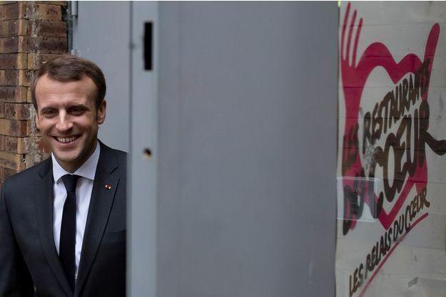 Emmanuel Macron mardi dans un centre des Restos du Coeur du Xe arrondissement de Paris.