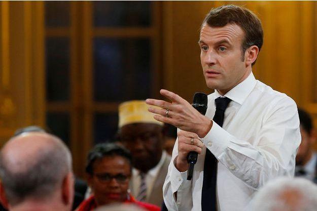 Emmanuel Macron s'adresse à des maires à Paris, le 1er février.