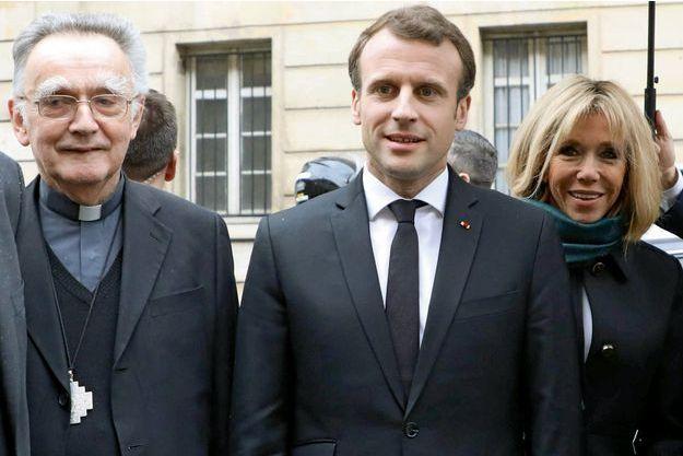 Mgr Pontier, Emmanuel et Brigitte Macron, le 9 avril, au collège des Bernardins.