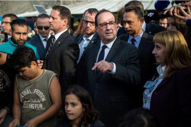 François Hollande au camp de réfugiés d'Eleonas dans Athènes.